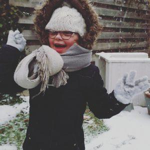 Lois in pyama door de sneeuw naar school